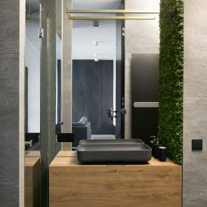 W projekcie dużo uwagi poświęcono łazience. Projekt wnętrz: MIKOŁAJSKAstudio (mikolajskastudio.pl). Zdjęcia: Jakub Dziedzic (Wnętrza Kraków)