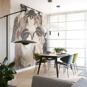 Klimat mieszkania wyraźnie podkreślają starannie dobrane detale, na przykład bardzo stylowe i oryginalne lampy. Projekt wnętrz: MIKOŁAJSKAstudio (mikolajskastudio.pl). Zdjęcia: Jakub Dziedzic (Wnętrza Kraków)