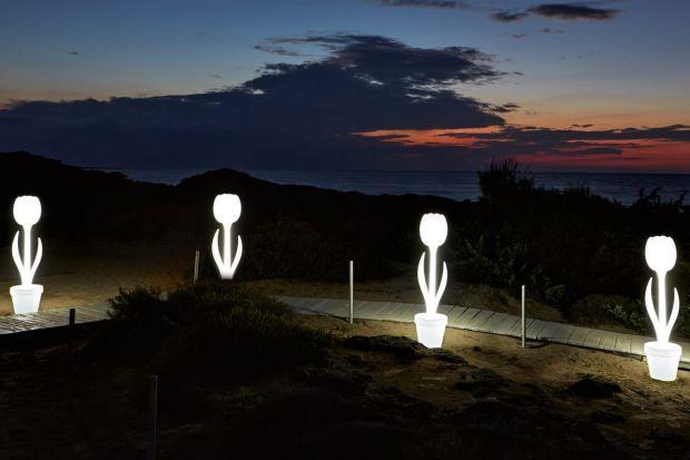 Szukacie pomysłu na niesztampowe oświetlenie ogrodu. Te lampy was zachwycą! Wybraliśmy 7 ciekawych modeli, podajemy także ich ceny.
