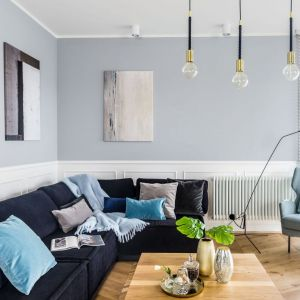 Biała sztukateria i szare ściany to bardzo modne i pięknie się prezentujące zestawienie. Projekt Decoroom. Zdjęcia Marta Behling /Poziom Fotografia Wnętrz
