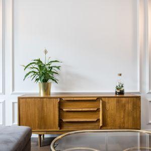 Na tle ściany ze sztukaterią pięknie wyeksponujesz klasyki designu i meble w stylu vintage. Dekorian Home x Deer Design. Fot. Marta Wołosz-Molenda