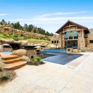 Znajduje się tu m.in. kilka krytych i zewnętrznych basenów. Źródło: Top Ten Real Estate Deals. Zdjęcia: Engel & Volkers