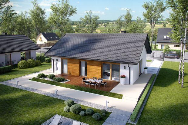 Ten nieduży parterowy dom ma prostą bryłę i dwuspadowy dach. Jego szacunkowy koszt budowy do stanu deweloperskiego to zaledwie 270 tys. zł. Podoba wam się taka propozycja?