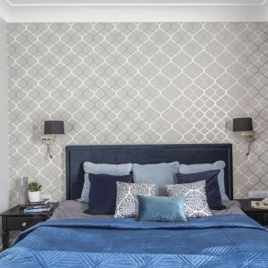 Klasyczna tapeta za tapicerowanym łóżkiem. Spokojny, stonowany wzór pozwala na odpoczynek. Projekt Decoroom. Fot.Pion Poziom.jpg