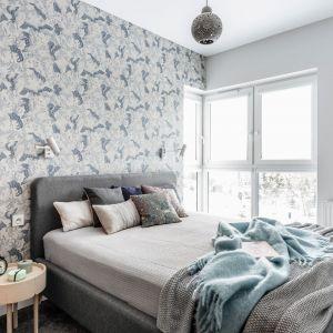 Piękna tapeta inspirowana naturą. Chłodna kolorystyka świetnie pasuje do szarego tapicerowanego łóżka. Projekt Magdalena Bielicka, Maria Zrzelska-Pawlak, Pracownia Magma. Zdjęcia Fotomohito