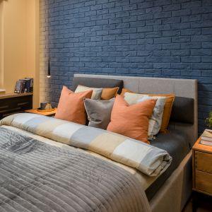 Niebieska cegła jako wykończenie ściany za łóżkiem w sypialni. Projekt Katarzyna Krupa. Fot. Stan Zajączkowski