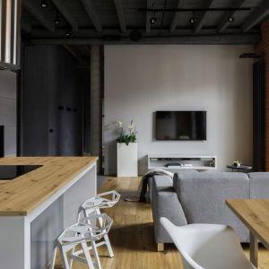 Dekor Dąb Artisan dostępny jest na blatach roboczych oraz płytach laminowanych, dlatego w mieszkaniu może się pojawić we wszystkich pomieszczeniach. Fot. Pfleiderer