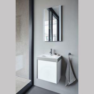 Lekka stylistyka serii mebli łazienkowych Viu / XViu sprawia, że idealnie pasują z metalowymi profilami w kolorze szampańskiego matu i wysokiej jakości wykończeniami z prawdziwego drewna, lakieru i dekorów. Fot. Duravit
