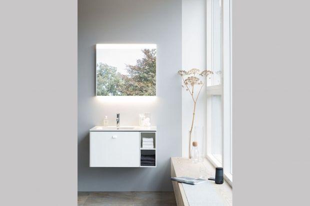 Łazienki dla gości są często małe, a ich wnętrza niezbyt ładne. Podczas kolejnego remontu warto więc to zmienić. Pomogą w tym inteligentne pomysły na oświetlenie oraz odpowiedni dobrane kolory. kolorystyczne mogą pomóc stworzyć zachęcając