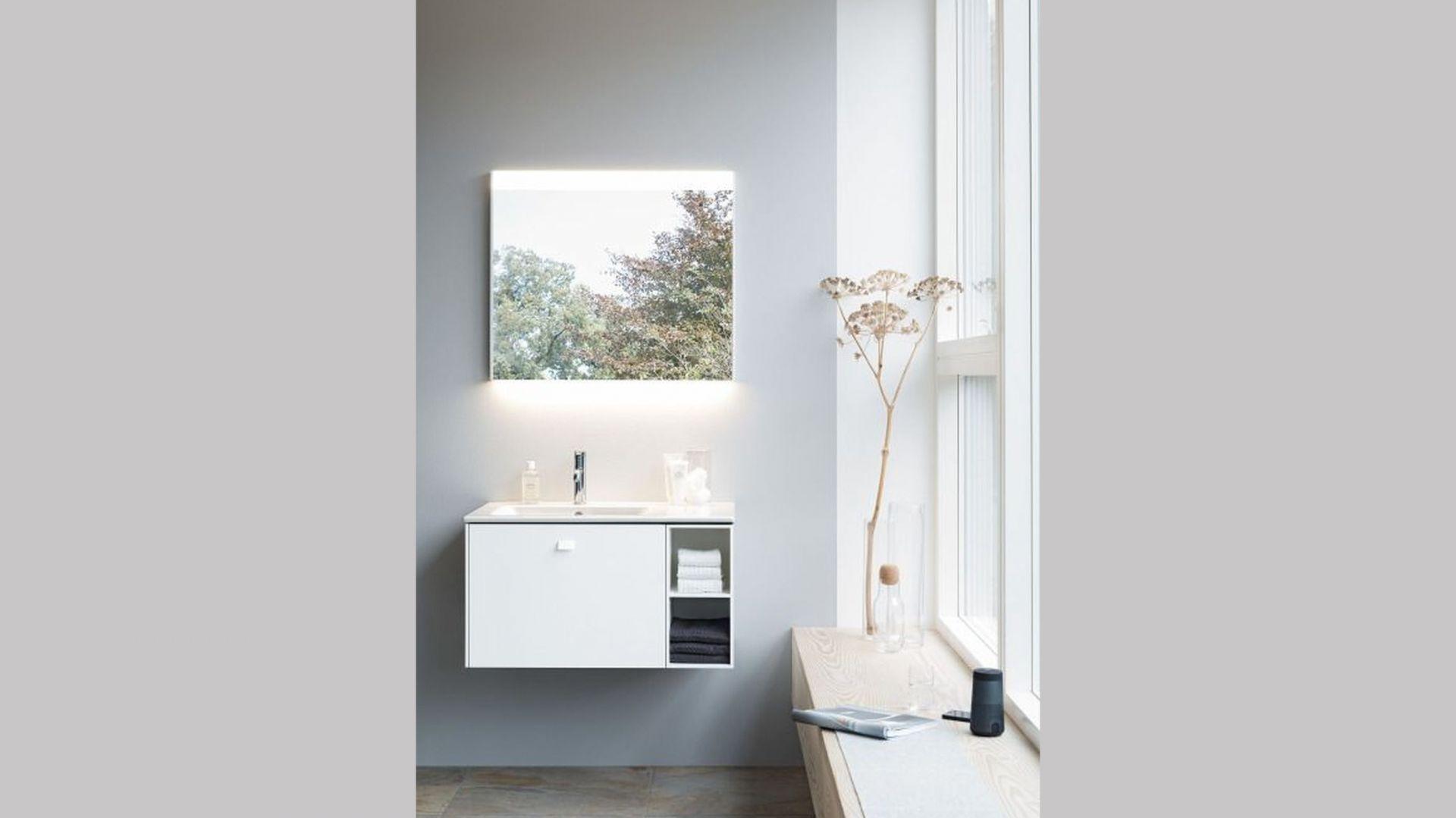 Wysokiej jakości meble łazienkowe z lakierowanymi na wysoki połysk powierzchniami, które odbijają światło, to kolejna inteligentna opcja dla stworzenia wrażenia większej łazienki. Fot. Duravit