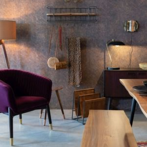 Elegancki fotel Dolly, który wyraźnie czerpie inspirację ze stylu art deco. Tapicerowany jest miękkim, aksamitnym materiałem z ozdobnymi przeszyciami. Dostępne w ofercie marki Dutchbone. Cena: ok. 2.600 zł. Fot. Dutchbone
