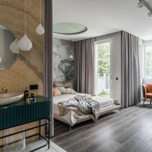 W sypialni również zastosowano dębową podłogę marki Chapel Parket w ciemnym odcieniu karoo, przygotowany na specjalne zamówienie.