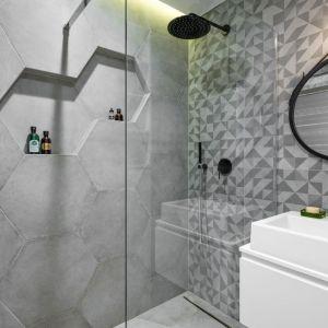 W tej łazience prym wiodą heksagony w szarym kolorze, którymi wykończone są ściany pod prysznicem. Płytki pięknie imitują beton. Projekt Zuzanna Kuc, ZU projektuje. Fot. Łukasz Zandecki