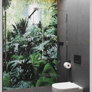 Ścianę pod prysznicem zdobi tapeta z motywem lasu deszczowego. Projekt: Projekt: Marta Kilan, Anna Kapinos, Tomasz Słomka, Pracownia TOKA + HOME. Fot. Radosław Sobik