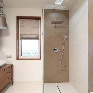 Ściany pod prysznicem wykończono specjalną farbą w palecie beży i brązów. Projekt: Laura Sulzik. Fot. Bartosz Jarosz