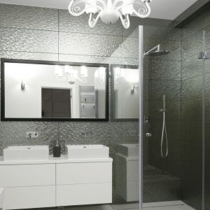 Ściany pod prysznicem wykończono płytkami ceramicznym w ciemnym, szarym kolorze i z widoczną fakturą. Projekt: Maria Biegańska, Ewelina Pik. Fot. Bartosz Jarosz