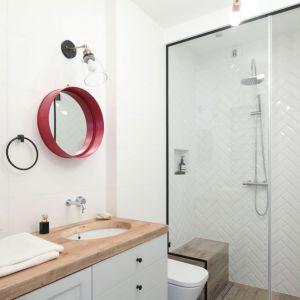 Płytki ceramiczne ułożone we wzór jodełki zdobią ściany pod prysznicem. Projekt: Anna Krzak. Fot. Bartosz Jarosz