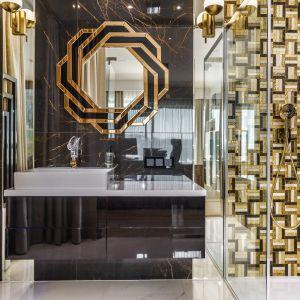 Ścianę pod prysznicem zdobi niesamowita mozaika w złotym kolorze. Projekt: Agnieszka Hajdas-Obajtek. Fot. Wojciech Kic
