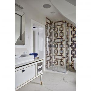 Ściany pod prysznicem zdobi dekoracyjna mozaika firmy Bisazza. Projekt: mDom. Fot. Michał Przeździk-Buczkowski