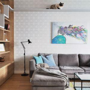 Spokojne jasne kolory oraz drewno sprawiają, że salon jest ciepły w odbiorze. Projekt: Cats&Dogs, Ministerstwo Spraw We Wnętrzach Magdalena i Marcin Konopka. Fot. Marcin Konopka