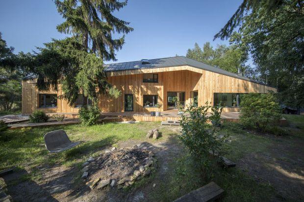 CWA House to ciekawy dom o powierzchni 183 m2, który znajduje się w miejscowości Owczarnia. Za jego projektem stoją Magdalena Beczak i Maciej Beczak z pracowni Beczak/Beczak Architekci.
