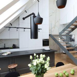W kuchni w loftowym stylu nie obejdzie się bez loftowych stołków barowych. Projekt: Katarzyna Mikulska-Sękalska. Fot. Bartosz Jarosz