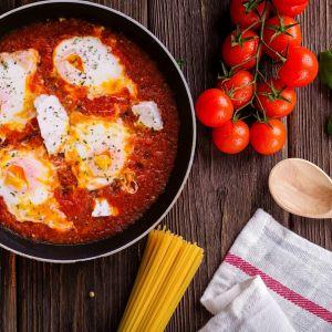 Zanim zaczniesz eksperymentować w kuchni, warto przeczytać kilka przepisów na to samo danie. Fot. Solgaz