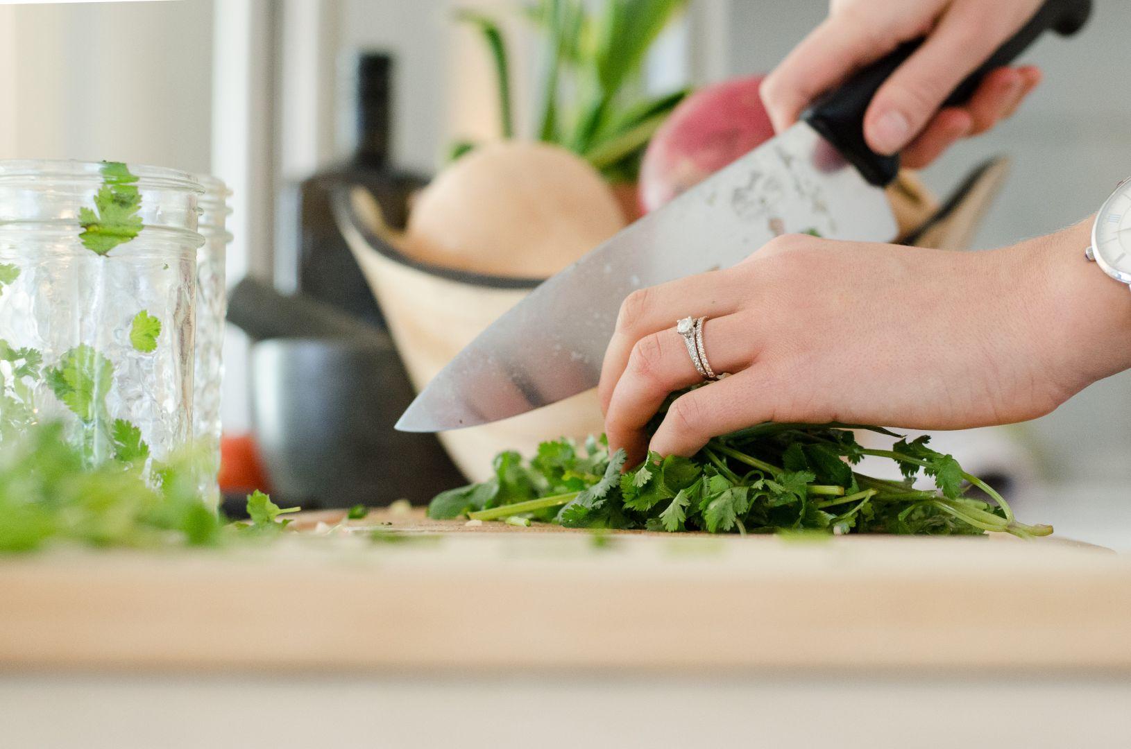 Wykorzystaj moc świeżych ziół i suszonych przypraw. Zioła i przyprawy to sprytny sposób, by nadać smak i głębię każdej potrawie. Fot. Solgaz