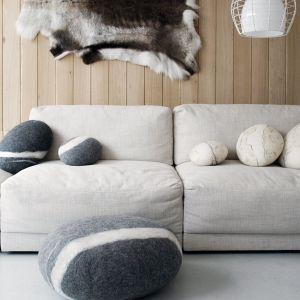 Kamienne pufy i poduszki marki fivetimesone. Cena: poduszki od 351 zł, pufy od 1500 zł (dostępne np. w sklepie internetowym marki). Fot. fivetimesone