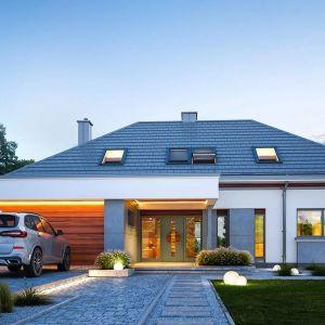 Architektura domu jest nowoczesna i łączy w sobie tradycyjną bryłę ze spadzistym dachem z atrakcyjnym detalem architektonicznym. Nazwa projektu: Hiacynt. Projekt wykonano w Pracowni MG Projekt
