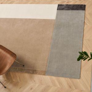 Ponadczasowy, niezwykle elegancki design dywanu Pause marki Serge Lesage doskonale podkreśli charakter nowoczesnych, minimalistycznych wnętrz. Stonowane odcienie ciepłych beżów i brązów zapewniają spokojną i relaksującą atmosferę domowego salonu lub sypialni. Cena: ok. 7. 850 zł (170x240 cm). Fot. Studio Monada