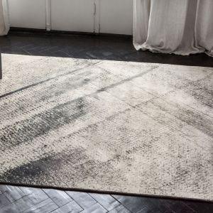 W kolekcji Serge Lesage warto także zwrócić uwagę na dywan Woof. Jego wzór przywodzi na myśl rysunek węglem na płótnie, harmonijnie łącząc odcienie czerni i kremu. Możliwość dopasowania rozmiaru dywanu do konkretnych potrzeb pozwala optymalnie wkomponować go w wystrój wnętrza. Cena: ok. 7.800 zł (170x240 cm). Fot. Studio Monada