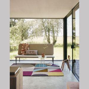 Geometryczny wzór nawiązujący do estetyki lat 50. i 60. XX wieku oraz ciekawa kolorystyka wyróżniają dywan Estella Harmony holenderskiej marki Brink & Campman. Ręcznie tkany ze 100% wełny dziewiczej dywan poprawia akustykę wnętrza, utrzymuje ciepło i w naturalny sposób reguluje poziom wilgotności w pomieszczeniu, a dodatkowo zatrzymuje kurz. Cena: 2.349 zł (140x200 cm). Fot. Studio Monada