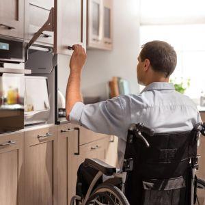 Podnośnik do szafki Free Up dodatkowo zatrzymuje się w dowolnym miejscu. Największą zaletą dla seniorów i osób na wózkach jest to, że nie trzeba się odsuwać podczas otwierania szafki. Fot. Häfele
