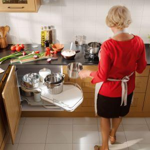 Narożna półka świetnie sprawdzi się w kuchni seniorów. Na zdjęciu półka Nuvola. Fot. Häfele