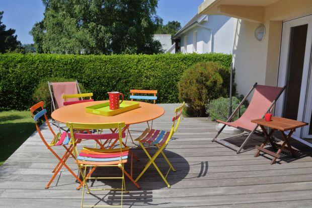 Jak zaprosić do strefy wokół domu nieco koloru? Zobaczcie jak szybko i łatwo odświeżyć taras, meble ogrodowe, ramy okien, płoty i pergole. Będzie pięknie i kolorowo.<br /><br />