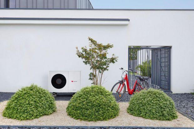 Pierwsze skojarzenie z pompą ciepła dotyczy ogrzewania budynku i podgrzewania ciepłej wody użytkowej. Jednak pompa ciepła może również chłodzić pomieszczenia. To rozwiązanie idealne na lato.