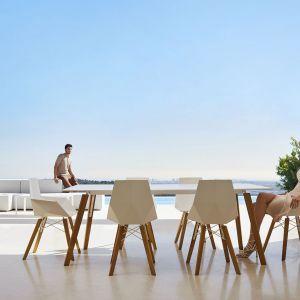 Stół i krzesła z kolekcji Faz. Projekt: Ramon Esteve da marki Vondom. Fot. Vondom