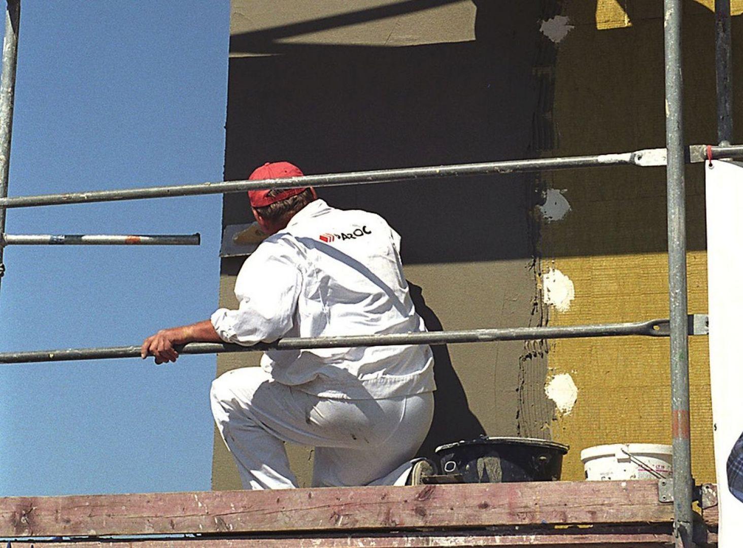 Ocieplając ściany metodą lekką mokrą, wykorzystać można dwa podstawowe typy produktów z wełny: standardowe płyty fasadowe lub płyty lamellowe o włóknach ułożonych prostopadle do podłoża. Fot. Paroc