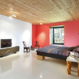 Niektóre meble Joanna zaprojektowała sama, np. łóżko w sypialni i stojące obok niego krzesła, pełniące funkcję szafek nocnych. Projekt i zdjęcia: Kulczynski Architekt