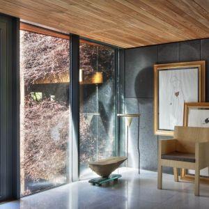 We wnętrzu nie sposób nie zwrócić uwagi na sztukę, która dekoruje tutaj niemal każde pomieszczenie. Rzeźby i instalacje artystyczne to naturalne otoczenie dla domowników. Projekt i zdjęcia: Kulczynski Architekt