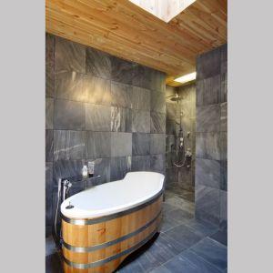 Szarek płytki doskonale korespondują z drewnem. Projekt i zdjęcia: Kulczynski Architekt