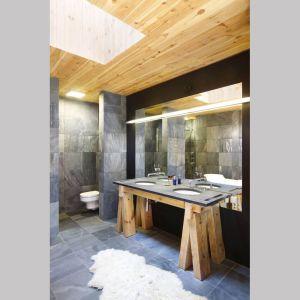 W łazience także odnajdziemy elementy nawiązujące do natury. Projekt i zdjęcia: Kulczynski Architekt