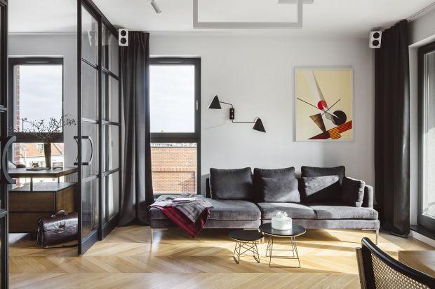 Szara kanapa w salonie to zawsze dobry wybór. Jaki zatem model wybrać? Podrzucamy Wam kilka fajnych pomysłówz polskich domów i mieszkań.