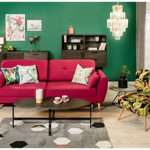 Najbardziej praktyczne ustawienie stolika czy ławy względem sofy to odległość ok. 50 cm między meblami. Jego wysokość natomiast powinna być zbliżona do wysokości mebli wypoczynkowych. Fot. Salony Agata