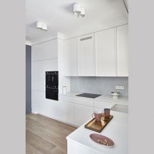 Przestrzeń kuchni została wykończona minimalistycznie. Projekt: Anna Koszela. Fot. Budzik Studio