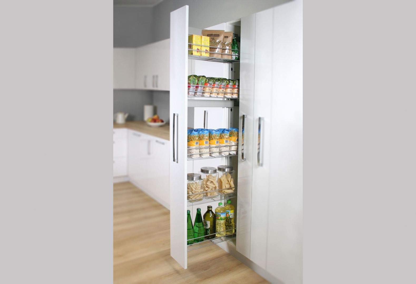 Przeznaczone do szafek wysokich Cargo Maxi Boczne idealnie sprawdzi się do przechowywania zapasów żywności – pudełek, puszek i toreb. Dzięki wąskim wymiarom (cargo dostępne jest w szer. 150 i 200 mm) system pozwala wykorzystać nawet wąską przestrzeń. Fot. Rejs