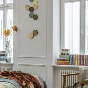 We wnętrzu dużą rolę odgrywają stylowe dekoracje i dodatki. Autorka projektu: architekt wnętrz Monika Goszcz-Kłos z biura projektowego Goszczdesign. Stylizacja wnętrz: Patrycja Rabińska. Zdjęcia: Yassen Hristov