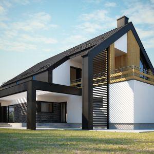 Balkon nad częścią jadalniano wypoczynkową stanowi jednocześnie zadaszenie tarasu ziemnego poniżej. Nazwa projektu: Elseida. Projekt wykonano w Pracowni Domy w zieleni