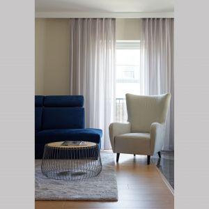 Fotele w białym kolorze stanowi doskonałe uzupełnienie strefy wypoczynku. Projekt: pracownia M-Studio. Fot. Radek Słowik